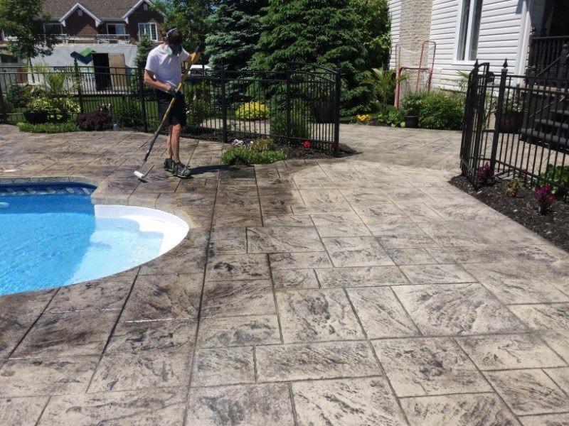contour-de-piscine-beton-estampe-nettoyer-et-sceller